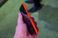 telefon trzymany w ręce